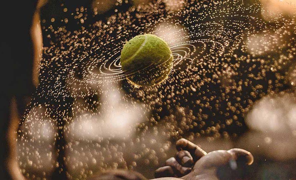 Junge, der Tennisball wirft