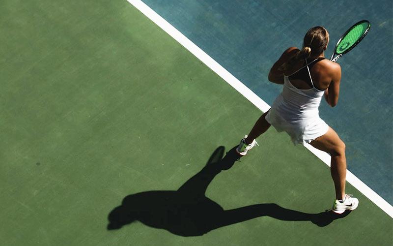 Fast Learning Tenniskurse – Frau auf dem Tennisplatz