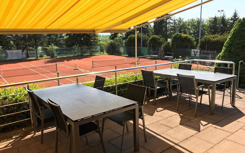Blick auf die Tennisanlage vom Vereinshaim aus
